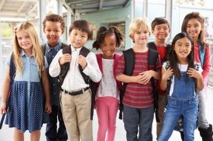 Group-portrait-of-elementary-school-kids-in-school-corridor